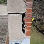 Ce mur de parapet présente des dommages importants et nécessite une réparation immédiate afin d'éviter qu'il ne s'effondre. Le briquetage endommagé est un problème courant, souvent négligé, et que l'on retrouve sur les immeubles plus anciens.