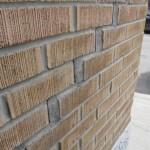 Cette partie de mur en briques n'est plus soutenue et présente des signes de mouvements récents et continus. Dans le cas présent, il ne s'agit pas d'un problème d'ancrage des briques mais plutôt un problème en lien avec la fondation.