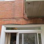Deux ouvertures de fenêtres ont été combinées en une porte coulissante. Une poutre d'appui prend fin au centre de la nouvelle ouverture. Cette modification avait été effectuée récemment et les conséquences avaient déjà commencé à paraître.